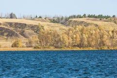 Φωλλ Ρίβερ Το ζωηρόχρωμο φύλλωμα φθινοπώρου πέρα από τη λίμνη με όμορφο επιζητά Στοκ Φωτογραφίες