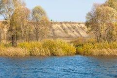 Φωλλ Ρίβερ Το ζωηρόχρωμο φύλλωμα φθινοπώρου πέρα από τη λίμνη με όμορφο επιζητά Στοκ Φωτογραφία