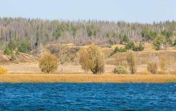 Φωλλ Ρίβερ Το ζωηρόχρωμο φύλλωμα φθινοπώρου πέρα από τη λίμνη με όμορφο επιζητά Στοκ Εικόνες