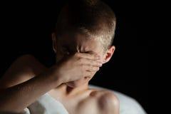Φωνάζοντας ή ξυπνώντας παιδί που κάθεται επάνω στο κρεβάτι Στοκ φωτογραφίες με δικαίωμα ελεύθερης χρήσης