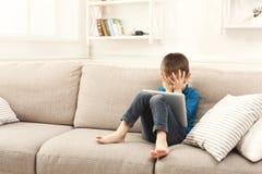 Φωνάζοντας αγόρι με την ψηφιακή ταμπλέτα στο σπίτι Στοκ εικόνες με δικαίωμα ελεύθερης χρήσης