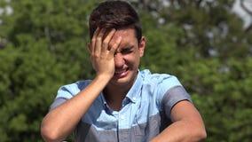 Φωνάζοντας αρσενικός ισπανικός έφηβος φιλμ μικρού μήκους