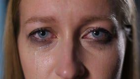 Φωνάζοντας γυναίκα με mascara που μειώνει το πρόσωπό της απόθεμα βίντεο