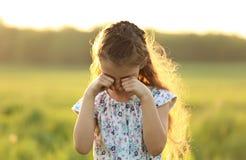 Φωνάζοντας δυστυχισμένο μόνο κορίτσι παιδιών που καλύπτει το πρόσωπο τα χέρια στο καλοκαίρι Στοκ Φωτογραφία