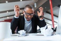 Φωνάζοντας επιχειρηματίας στο γραφείο του Στοκ Εικόνα