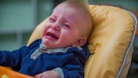 Φωνάζοντας διάταξη θέσεων μωρών στην καρέκλα κατανάλωσης απόθεμα βίντεο