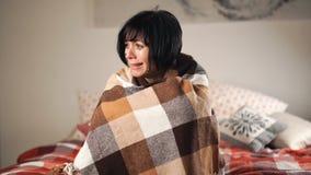 Φωνάζοντας και κραυγάζοντας γυναίκα Λυπημένες καταθλιπτικές μόνες κραυγές brunette κάτω από την κουβέρτα απόθεμα βίντεο