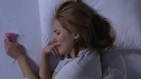 Φωνάζοντας κυρία που βρίσκεται στο κρεβάτι, που κρατά τις ρόδινες κάλτσες μωρών, κατάθλιψη μετά από το misbirth απόθεμα βίντεο