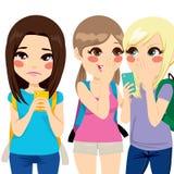 Φωνάζοντας μηνύματα παρενόχλησης ανάγνωσης κοριτσιών Στοκ φωτογραφίες με δικαίωμα ελεύθερης χρήσης