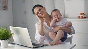 Φωνάζοντας μωρό με την κουρασμένη μητέρα φιλμ μικρού μήκους