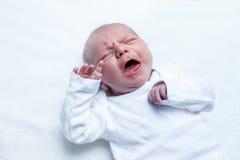 Φωνάζοντας νεογέννητο αγοράκι ή κορίτσι στο μεταβαλλόμενο πίνακα Στοκ Εικόνα