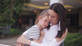 Φωνάζοντας συνεδρίαση μικρών κοριτσιών στη μητέρα απόθεμα βίντεο