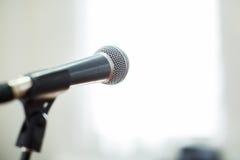 Φωνητικό μικρόφωνο στην εστίαση ενάντια στο θολωμένο ακροατήριο στη διάσκεψη Στοκ φωτογραφίες με δικαίωμα ελεύθερης χρήσης