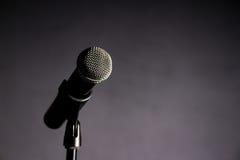 Φωνητικό μικρόφωνο στο σκοτεινό κλίμα 2 Στοκ εικόνες με δικαίωμα ελεύθερης χρήσης