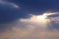 Φως ήλιων βραδιού με τον ουρανό Στοκ Φωτογραφίες