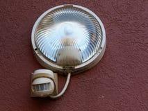 Φως ασφάλειας στην οικοδόμηση της πρόσοψης με τον αισθητήρα κινήσεων στοκ εικόνα με δικαίωμα ελεύθερης χρήσης