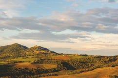 Φως βραδιού πέρα από τους λόφους της Τοσκάνης στοκ φωτογραφία