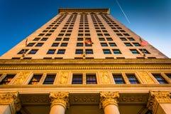 Φως βραδιού σε ένα πολυόροφο κτίριο στη Βαλτιμόρη, Μέρυλαντ Στοκ εικόνες με δικαίωμα ελεύθερης χρήσης