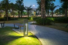 Φως διακοσμήσεων πυράκτωσης κήπων στο πάρκο τη νύχτα Στοκ Εικόνα