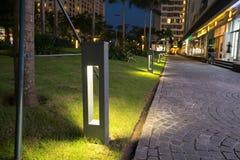 Φως διακοσμήσεων πυράκτωσης κήπων στο πάρκο τη νύχτα Στοκ φωτογραφία με δικαίωμα ελεύθερης χρήσης