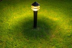 Φως διακοσμήσεων πυράκτωσης κήπων στο πάρκο τη νύχτα Στοκ Φωτογραφία