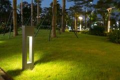 Φως διακοσμήσεων πυράκτωσης κήπων στο πάρκο τη νύχτα Στοκ Φωτογραφίες