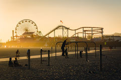 Φως ηλιοβασιλέματος στην παραλία μυών και το Santa Monica Pier στοκ εικόνες