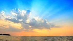 Φως και μπλε ουρανός ακτίνων απόθεμα βίντεο