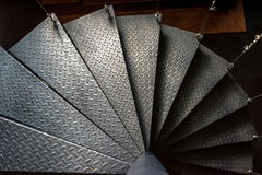Φως και σκιά ανασταλμένης της χάλυβας σπειροειδούς σκάλας στοκ φωτογραφίες
