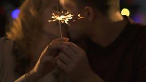 Φως και tenderly φίλημα της Βεγγάλης εκμετάλλευσης ζεύγους, ρομαντική ημερομηνία στη νέα παραμονή έτους φιλμ μικρού μήκους
