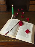 φως κεριών βιβλίων Στοκ φωτογραφία με δικαίωμα ελεύθερης χρήσης