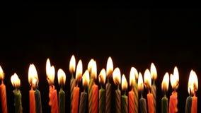 Φως κεριών γενεθλίων στον απομονωμένο Μαύρο απόθεμα βίντεο