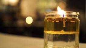 Φως κεριών κινηματογραφήσεων σε πρώτο πλάνο με το λουλούδι στο υπόβαθρο στοκ φωτογραφία με δικαίωμα ελεύθερης χρήσης
