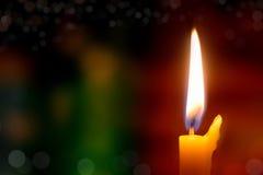 Φως κεριών με το βιβλίο στην εκκλησία στην εκκλησία Στοκ Εικόνες