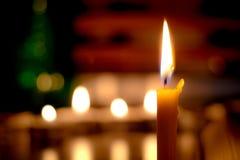 Φως κεριών με το βιβλίο στην εκκλησία στην εκκλησία Στοκ εικόνα με δικαίωμα ελεύθερης χρήσης