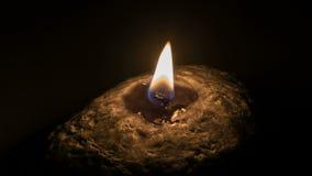 Φως κεριών σε ένα μαύρο υπόβαθρο απόθεμα βίντεο