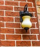 Φως λαμπτήρων στον τοίχο τούβλινο Στοκ Εικόνες