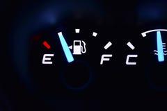 Φως μετρητών καυσίμων στο αυτοκίνητο Στοκ φωτογραφία με δικαίωμα ελεύθερης χρήσης
