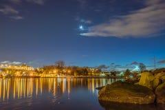 Φως νύχτας και το μικρό χειμερινό φεγγάρι στοκ φωτογραφίες