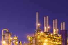 Φως νύχτας στο εργοστάσιο κοντά στον ωκεανό, εργοστάσιο διυλιστηρίων πετρελαίου, εργοστάσιο πετροχημικών, πετρέλαιο Στοκ Φωτογραφίες