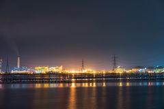 Φως νύχτας στο εργοστάσιο κοντά στον ωκεανό, εργοστάσιο διυλιστηρίων πετρελαίου, εργοστάσιο πετροχημικών, πετρέλαιο Στοκ Εικόνες