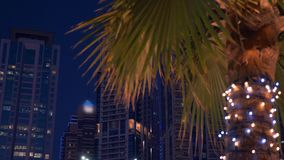 Φως νύχτας στο κτήριο ουρανοξυστών προσόψεων στη μαρίνα Ε.Α.Ε. του Ντουμπάι Πυροβολισμός γερανών απόθεμα βίντεο