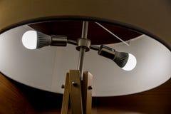 Φως οδηγήσεων blubs στο στρογγυλό λαμπτήρα σύγχρονου σχεδίου με το ξύλινο structur στοκ φωτογραφίες