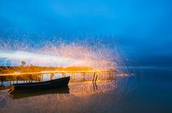 Φως παγώματος που χρησιμοποιεί το περιστρεφόμενο καίγοντας μαλλί χάλυβα Στοκ Εικόνες