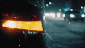 Φως προειδοποίησης αυτοκινήτων έκτακτης ανάγκης στο υπόβαθρο της κίνησης των αυτοκινήτων σε μια οδική πόλη νύχτας Διακοπή αυτοκιν απόθεμα βίντεο