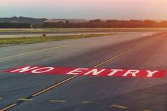 Φως προσγείωσης Κατευθυντικά σημάδια σημαδιών στο tarmac του διαδρόμου σε έναν εμπορικό αερολιμένα Στοκ φωτογραφία με δικαίωμα ελεύθερης χρήσης