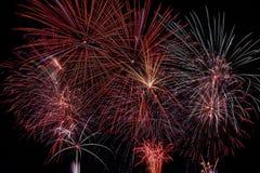 Φως πυροτεχνημάτων επάνω ο ουρανός στον εορτασμό Στοκ Φωτογραφία