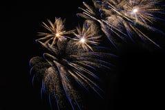 Φως πυροτεχνημάτων επάνω ο ουρανός Στοκ φωτογραφία με δικαίωμα ελεύθερης χρήσης