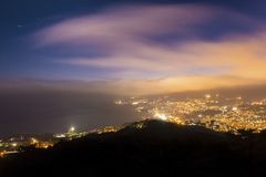 Φως πόλεων νύχτας με τα σύννεφα Στοκ εικόνα με δικαίωμα ελεύθερης χρήσης