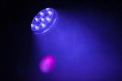 Φως σημείων των σκηνικών οδηγήσεων με την πορφυρή μπλε ακτίνα Στοκ Εικόνες